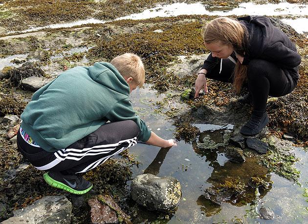 Místní děti loví kraby